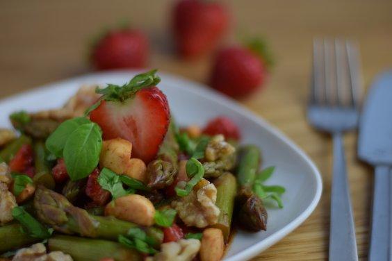 Lauwarmer Spargelsalat mit frischen Erdbeeren